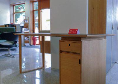 Schreibtisch aus Eiche mit Linoleum-Arbeitsplatte - Seite