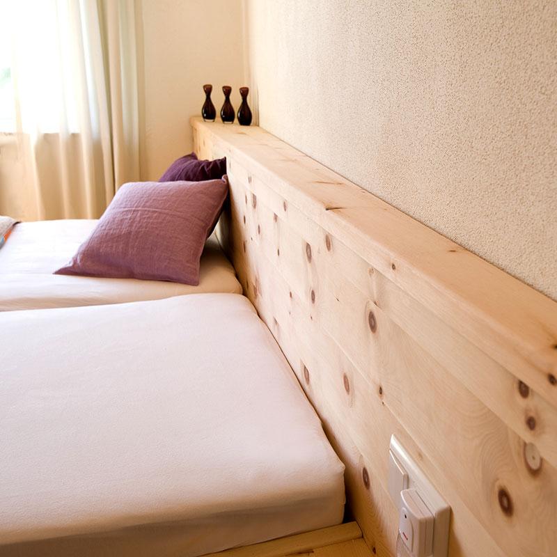 Schlafzimmer - Bett aus Zirbe