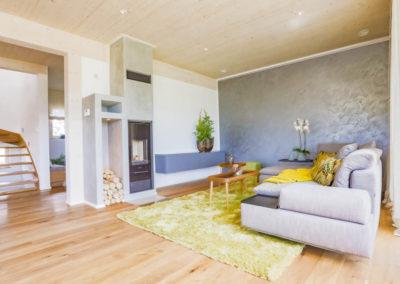 Die Wohnzimmerausstattung besteht u.a. aus Kymo Teppich, Signet Beistelltische, Lowboard Sudbrock, Signet Sofa