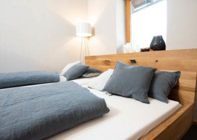 Doppelbett, Wildeiche, natur geölt mit Kufengestell