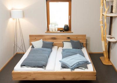 Dekorativ und hochwertig: Doppelbett, Wildeiche, natur geölt mit Kufengestell