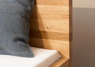 Mit Rückwand zum Anlehnen: Doppelbett, Wildeiche, natur geölt mit Kufengestell