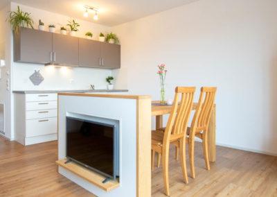 Helle Wohnräume und Küchenbereich