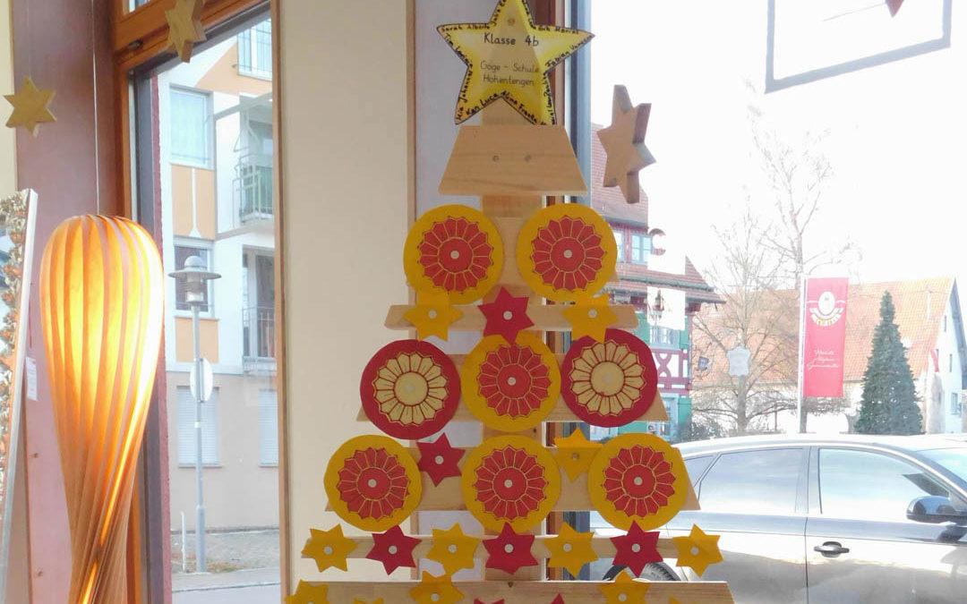 Holz-Weihnachtsbäume für die Grundschule