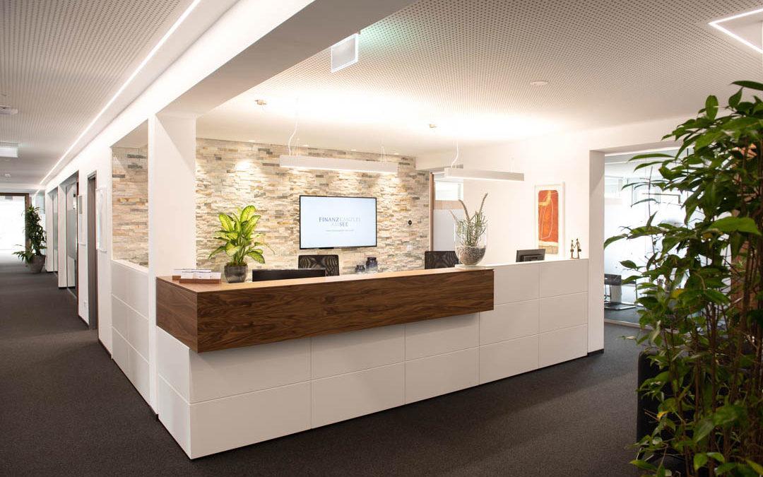 Büroeinrichtung nach Maß mit edlem Nussbaumholz