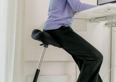 Der Varier Move™ am höhenverstellbaren Schreibtisch.